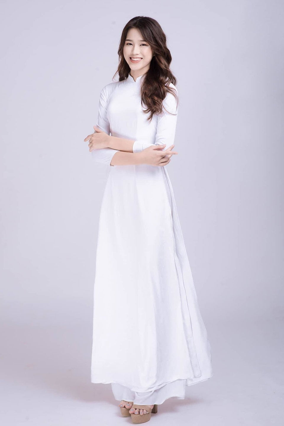 One-piece garment, Flash photography, Day dress, Smile, Waist, Sleeve, Gesture, Gown, Elbow