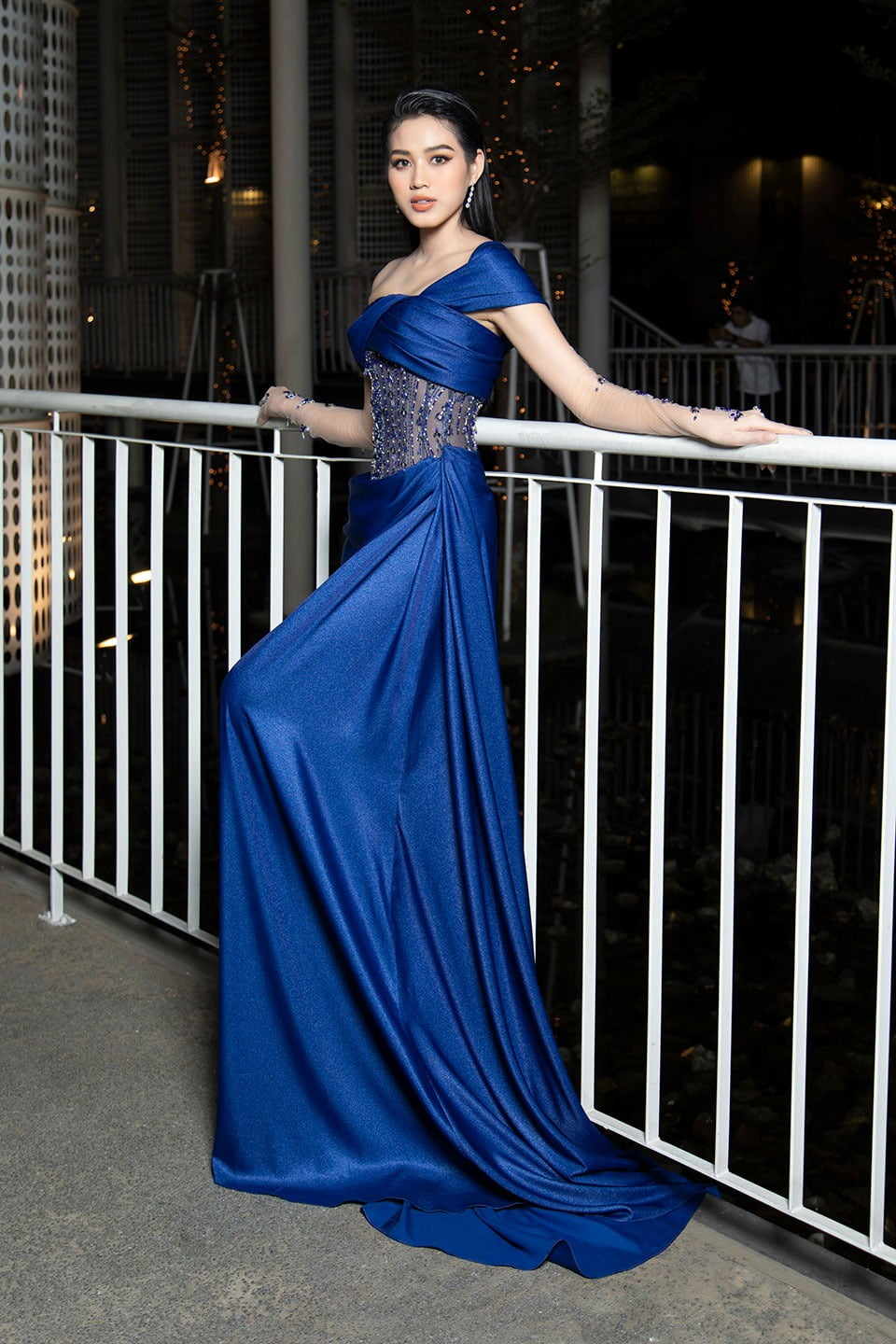 Bridal party dress, One-piece garment, Human body, Flash photography, Blue, Purple, Sleeve, Waist, Gown