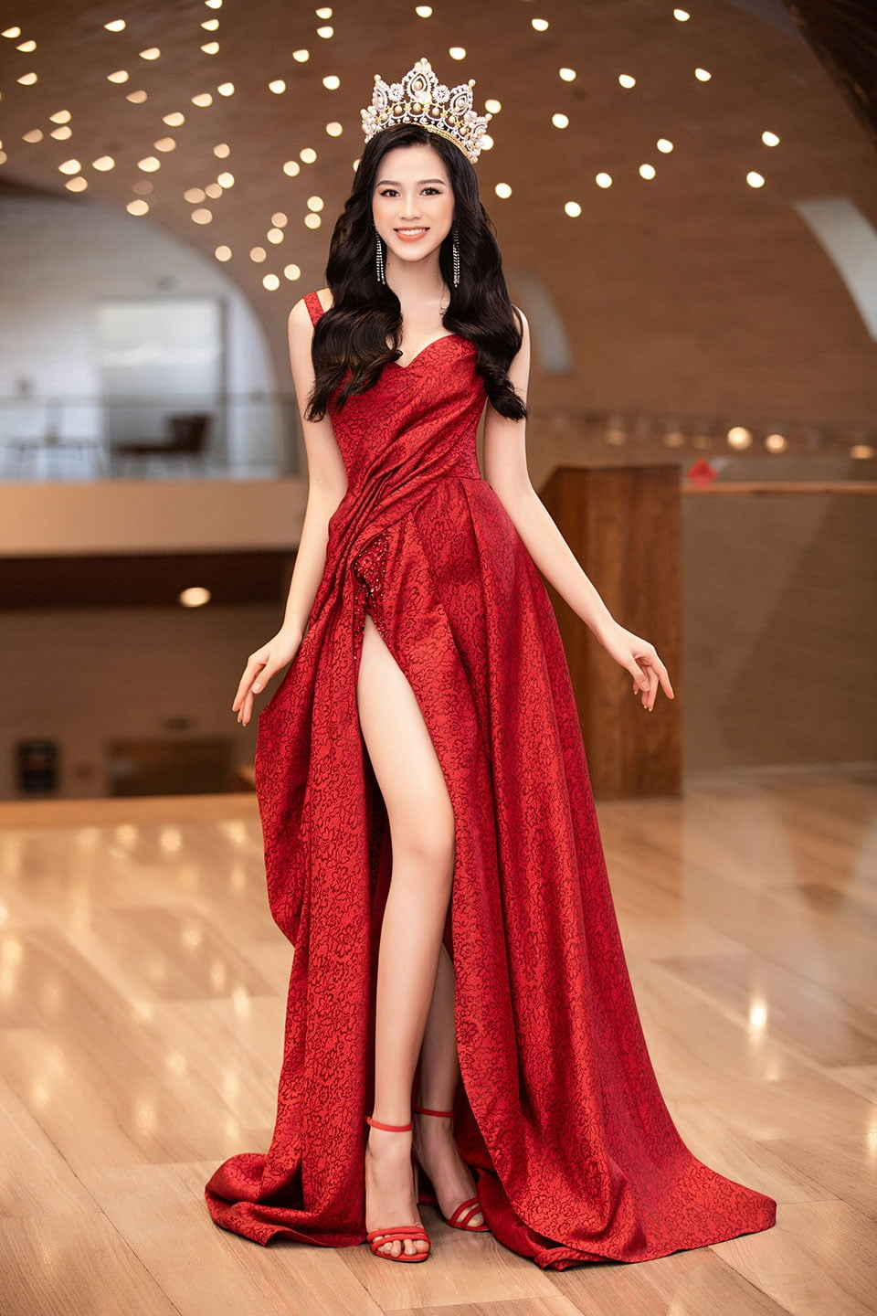 One-piece garment, Shoulder, Smile, Neck, Dress, Fashion, Waist, Sleeve, Thigh, Gown