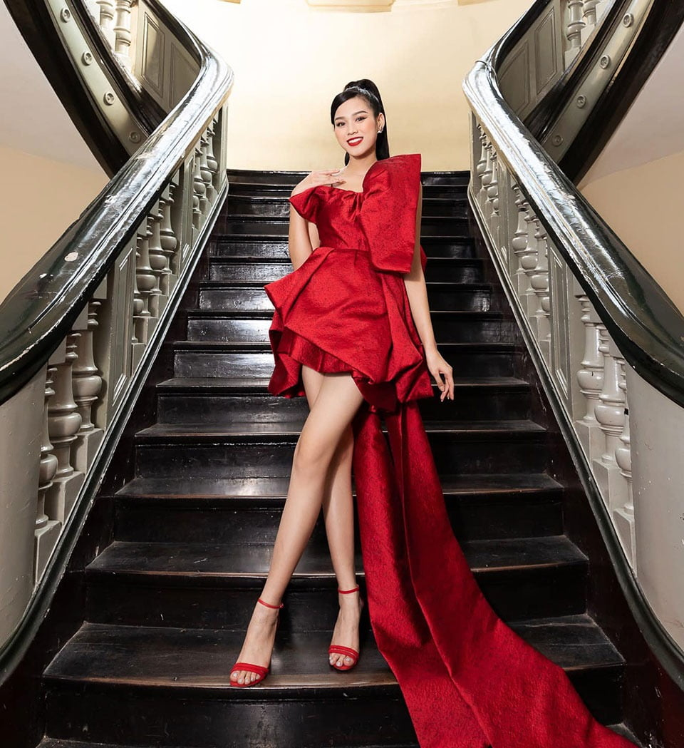 Flash photography, Joint, Shoe, Escalator, Shoulder, Stairs, Sleeve, Standing, Waist, Dress